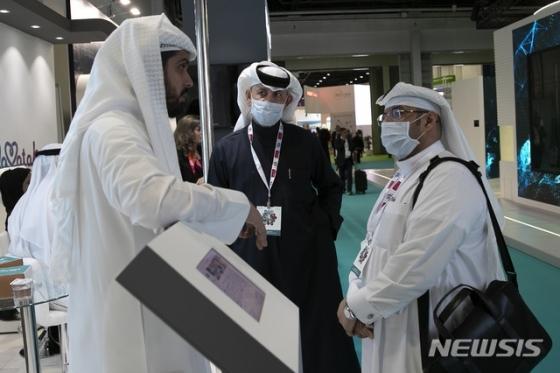 [두바이=AP/뉴시스]29일(현지시간) 아랍에미리트(UAE) 두바이에서 열린 아랍 건강박람회장에서 관람객들이 마스크를 쓰고 전시업체 관계자와 상담하고 있다. 아랍에미리트 국영통신 WAM은 중국 우한에서 도착한 한 가족이 우한 폐렴(신종 코로나바이러스 감염증)으로 확인돼 치료를 받고 있다고 전했으며 몇 명이 확진 판정을 받았는지는 밝히지 않았다. 2020.01.29.