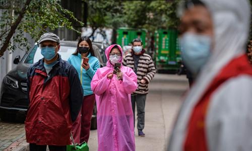 중국 중부 후베이성 우한에서 식품과 야채의 주문을 받기 위해 마스크를 쓴 주민들이 줄을 서 있는 모습. 우한=AFP연합뉴스