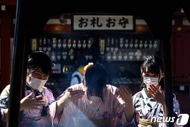 지난 3일 도쿄의 한 신사를 방문한 여성들이 마스크를 쓰고 있다(사진은 기사 내용과 관련이 없음). © AFP=뉴스1