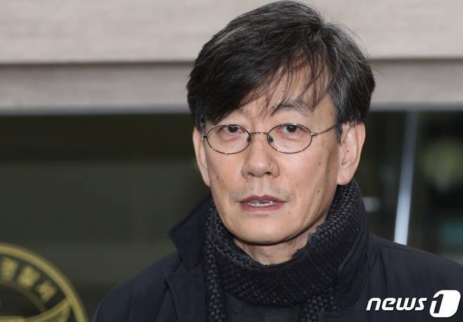 프리랜서 기자 김모씨(49) 폭행하고 협박했다는 의혹을 받는 손석희 JTBC 대표가 17일 새벽 고소인 신분으로 조사를 마친 뒤 서울 마포경찰서를 나서며 취재진의 질문을 받고 있다. 2019.2.17/뉴스1 © News1 허경 기자