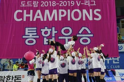 지난 시즌 통합우승을 달성한 흥국생명이 박미희 감독을 헹가래하고 있다. [사진=KOVO]
