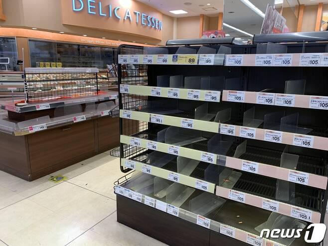 일본 도쿄 소재 한 슈퍼마켓의 육류 등 식료품 선반이 25일 시민들의 '사재기'로 비워져 있다. (대니얼 롭슨 트위터) © 뉴스1