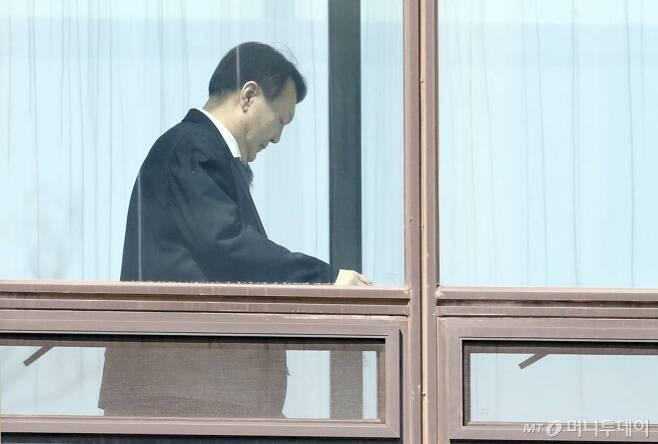윤석열 검찰총장이 지난 18일 서울 서초구 대검찰청에서 점심식사 후 집무실로 향하고 있다./사진=뉴시스