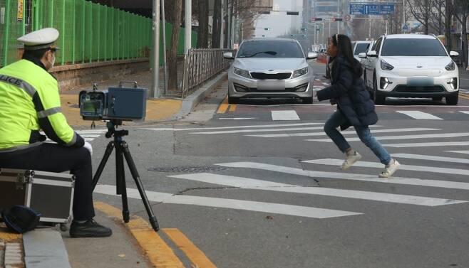 어린이 보호구역 내에서 제한속도 30km 이하로 운전을 해도 사고가 나게 된다면 이는 전적으로 운전자의 책임이 된다. 어린이 보호구역 내에서 무단횡단을 하던 어린이와 사고가 나면 과속 여부를 떠나 책임은 모두 운전자가 지게 된다. /사진=뉴스1