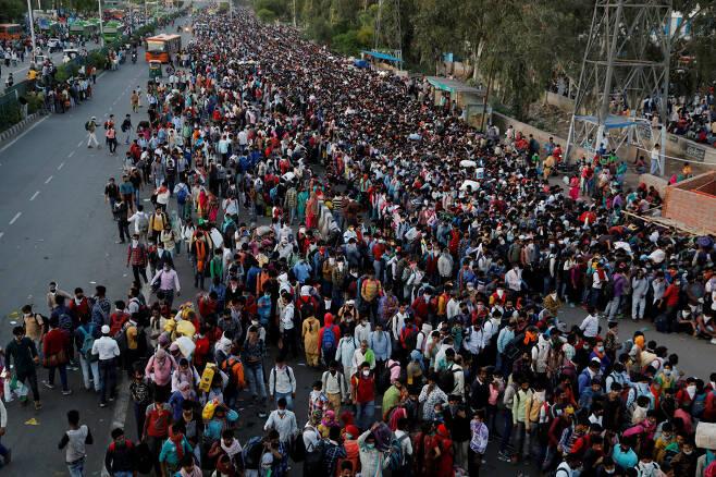 28일(현지시간) 인도 우타르프라데시주 가지아바드의 버스 터미널에 고향으로 돌아가려는 인도 노동자 수만명이 모여 버스를 기다리고 있다. 로이터연합뉴스
