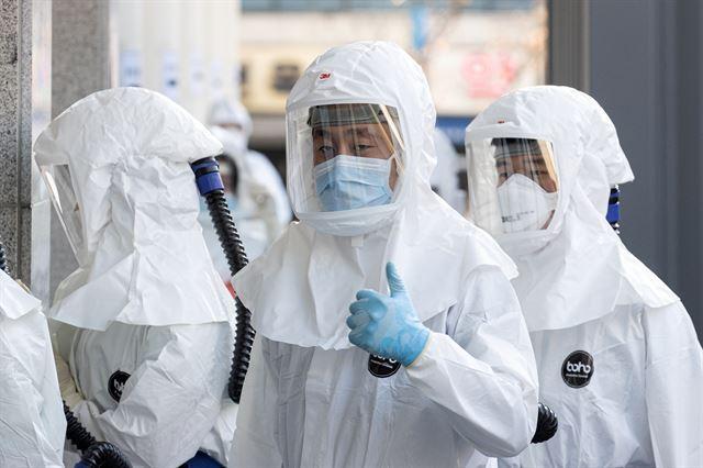 지난 8일 대구시 중구 계명대 동산병원에서 의료진이 방호복을 입고 근무교대를 위해 코로나19 환자들이 있는 병동으로 들어서고 있다. 뉴스1