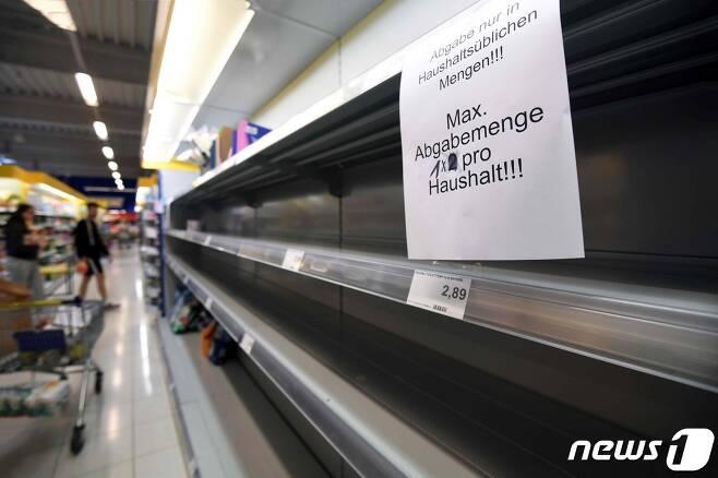 19일 (현지시간) 코로나19 확산 속 독일 알렌의 슈퍼마켓 화장지 진열대에 '가구당 최대 1개'라는 안내문이 붙어있다. © AFP=뉴스1 © News1 우동명 기자