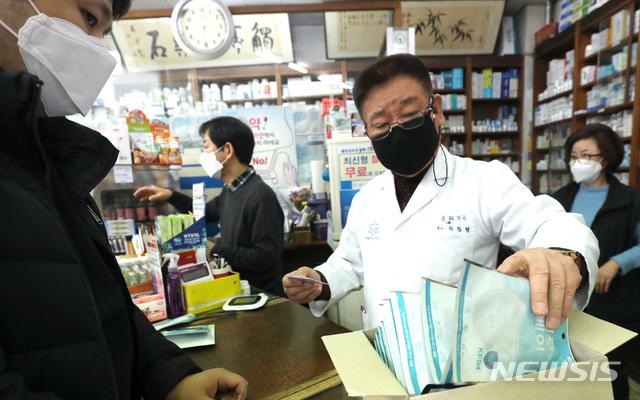 [서울=뉴시스] 전진환 기자 = 서울 서초구의 한 약국에서 시민들이 공적마스크를 구매하고 있다. 2020.03.12. amin2@newsis.com