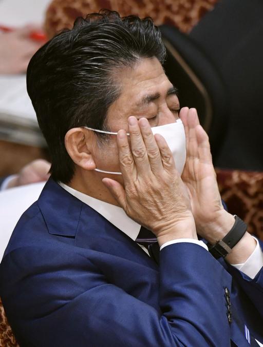 아베 신조 일본 총리가 1일 참의원(상원)에서 생각에 잠김채마스크를 고쳐쓰고 있다. 도쿄=교도연합뉴스