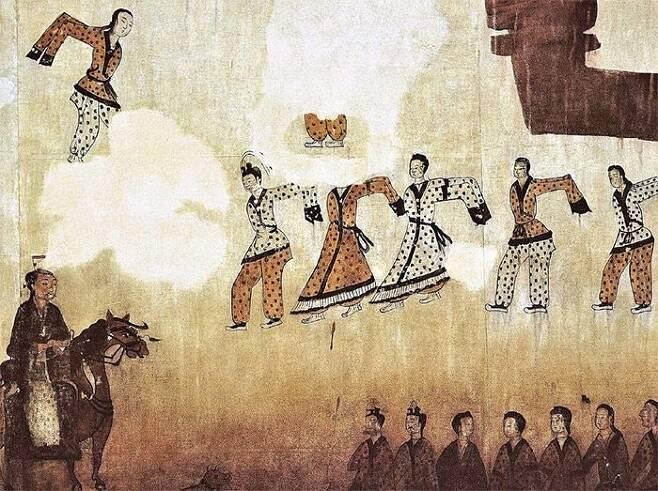 고구려 무용총에서 보이는 말탄 사람. 다리가 말 몸통의 밑부분까지 내려와있다. 국립경주문화재연구소는 무용총 벽화와 월성 출토 말뼈를 토대로 신라 기마병의 말을 복원했다.