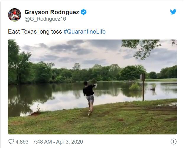 볼티모어 그레이슨 로드리게스가 잘 보이지도 않는 강 건너 친구에게 야구 공을 던지는 장면 | 트위터 캡처