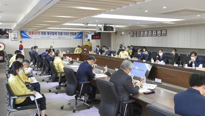 왕정홍 방위사업청장 및 간부들이 9일 코로나19 대응을 위해 국내 15개 대형 방위산업기업 CEO들과 긴급 간담회를 하고 있다.[방위사업청 제공]