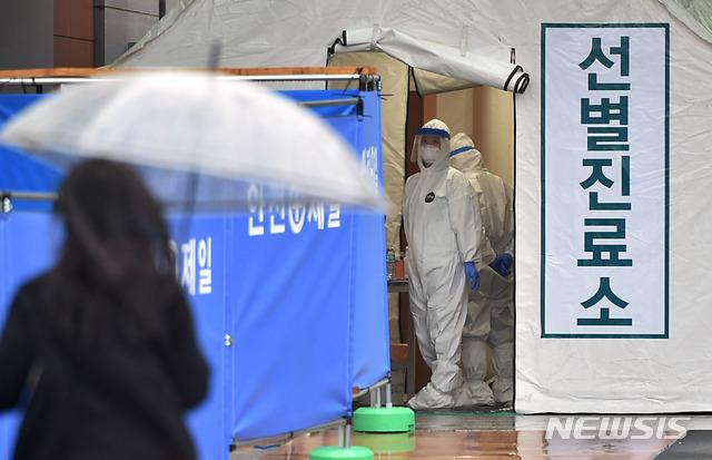 [대구=뉴시스] 이무열 기자 = 신종 코로나바이러스 감염증(코로나19) 확진자가 무더기로 급증하고 있는 25일 오후 대구 서구 중리동 대구의료원 선별진료소에 의료진이 분주히 움직이고 있다. 2020.02.25.lmy@newsis.com