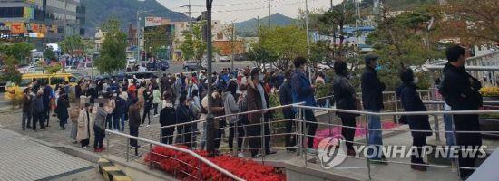 21대 국회의원 사전투표 마지막 날인 11일 오후 경남 양산 물금읍에서 시민들이 투표를 위해 줄 서 있다. [이미지출처=연합뉴스]