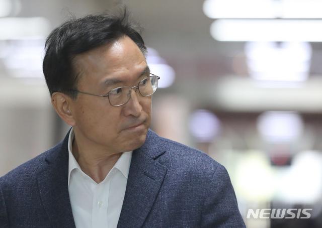 이근형 더불어민주당 전략기획위원장이 이달 10일 서울 여의도 국회 본청 더불어민주당 사무총장실로 이동하고 있다. / 사진제공=뉴시스