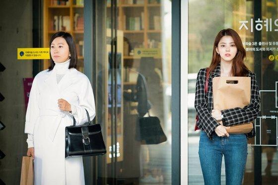 지선우와 여다경(한소희)이 나란히 서 있는 모습. 스타일은 다르지만 닮은 구석이 있다. [사진 JTBC]