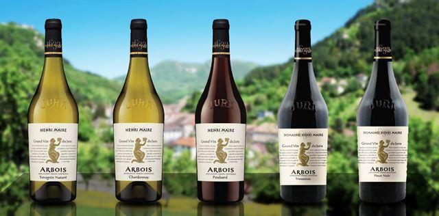 쥐라 지역의 5개 대표 품종으로 만든 와인. 왼쪽부터 화이트와인 사바냉(Savagnin)과 샤르도네(Chardonnay), 레드와인 풀사르(Poulsard), 트루소(Trousseau), 피노누아(Pinot noir). Henri Maire 와이너리 홈페이지 캡처