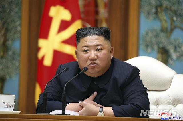 """[워싱턴=AP/뉴시스]CNN은 20일(현지시각) 미국 정부 소식통을 인용해 """"김정은 북한 국무위원장이 최근 큰 수술을 받았으며 수술 이후 '중대한 위험(grave danger)'에 처해 있다""""고 보도했다. 이에 대해 한국 정부는 사실관계 여부를 파악 중이라고 밝혔다. 사진은 지난 11일 김정은 위원장이 평양에서  노동당 중앙위원회 정치국 회의를 주재하는 모습. 2020.04.21."""