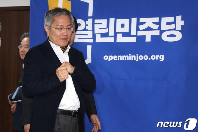 최강욱 열린민주당 비상대책위원장이 22일 오후 서울 여의도 중앙당사에서 열린 비상대책위원회 회의에 참석하고 있다. 2020.4.22/뉴스1 © News1 임세영 기자