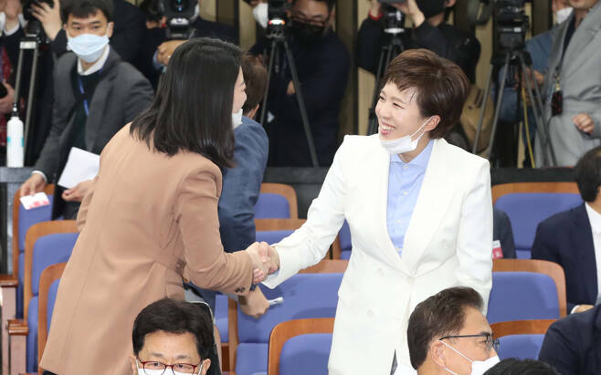 배현진·김은혜 미래통합당 당선인이 서울 여의도 국회에서 열린 당선자 총회에서 인사를 나누고 있다. [연합]