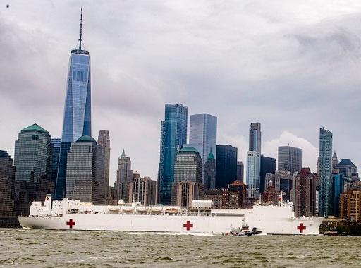 미국 해군이 보유한 초대형 병원선 '컴포트'호가 뉴욕에서의 코로나19 의료지원 임무 수행을 마치고 버지니아주 노퍽 해군기지로 복귀하기 위해 출항하는 모습. 미 해군 홈페이지