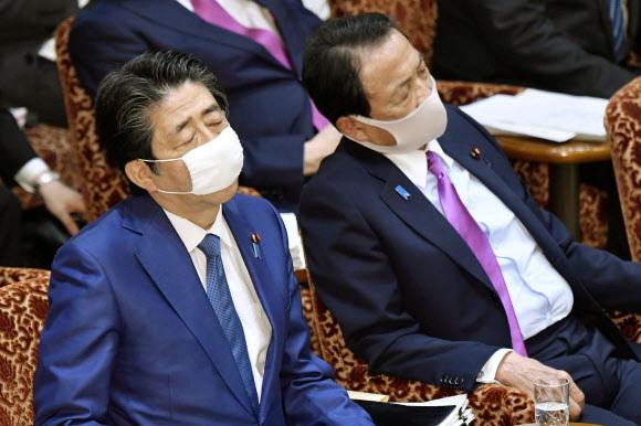 심각한 일본 총리와 부총리 - 아베 신조(왼쪽) 일본 총리와 아소 다로 경제부총리. 2020.4.30 로이터 연합뉴스