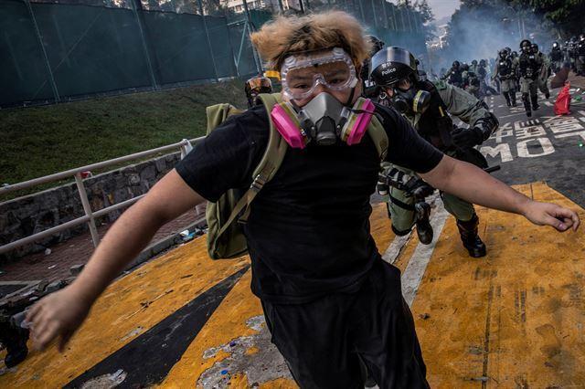 지난해 11월 홍콩에서 벌어진 반정부 시위 도중 경찰에 쫒기는 시위대. 2020 퓰리처상 브레이킹 뉴스 사진(Breaking News Photography) 부문 수상작 중 한 장면. 로이터 연합뉴스