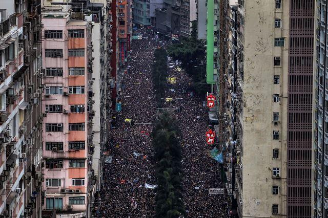 지난해 6월 홍콩 시내에서 대규모 행진을 벌이는 시위대. 2020 퓰리처상 브레이킹 뉴스 사진(Breaking News Photography) 부문 수상작 중 한 장면. 로이터 연합뉴스