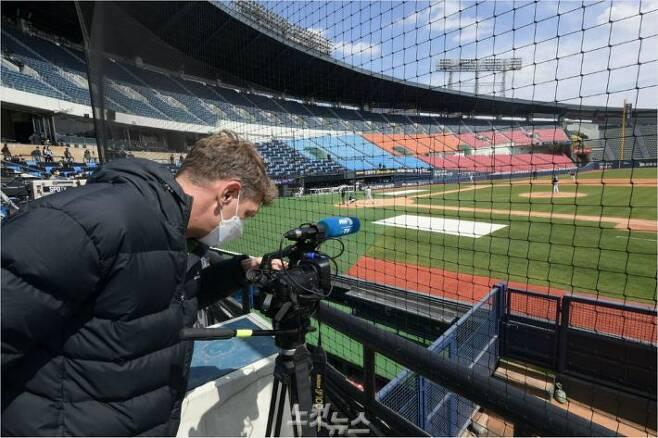 '韓 프로야구, 미국-일본에서도 본다' KBO 리그는 지난달 21일 시작된 평가전부터 외신들의 큰 관심을 받은 가운데 5일 정규 시즌 개막전부터 미국 ESPN과 일본 스포존을 통해 생중계된다. 사진은 지난달 21일 두산-LG의 평가전을 취재하는 외신 기자의 모습.(잠실=이한형 기자)