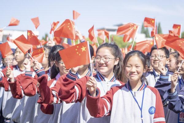 지난해 6월 장쑤성 교육부가 주최한 애국 행사에서 링링허우 세대인 중학생들이 국기를 흔들고 있다./양즈완바오