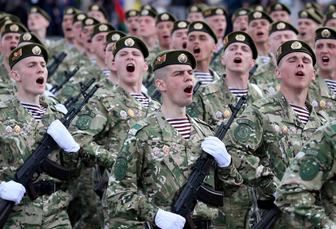 마스크 없이 밀집 행진 9일(현지시간) 벨라루스 민스크에서 열린 2차 세계대전 승전 75주년 기념 군사 퍼레이드에서 군인들이 행진하고 있다. 민스크 | EPA연합뉴스