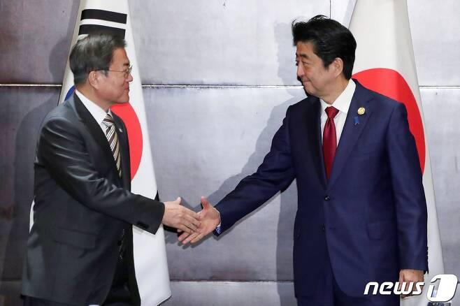 문재인 대통령(왼쪽)과 아베 신조 일본 총리 <자료사진> © AFP=뉴스1