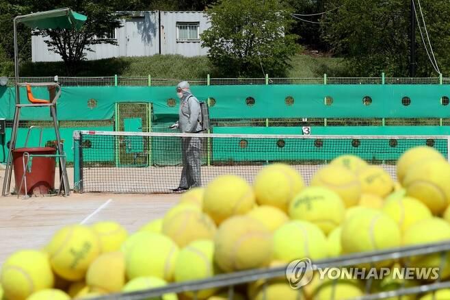 서울 성동구의 테니스코트 방역 모습. [성동구청 제공. 재판매 및 DB 금지] photo@yna.co.kr