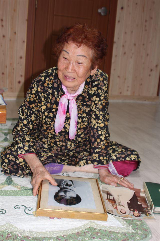 1980년 5ㆍ18 최초 사망자 김경철씨의 어머니 임근단씨가 눈물로 보낸 지난 40년을 설명하고 있다. 김종구 기자