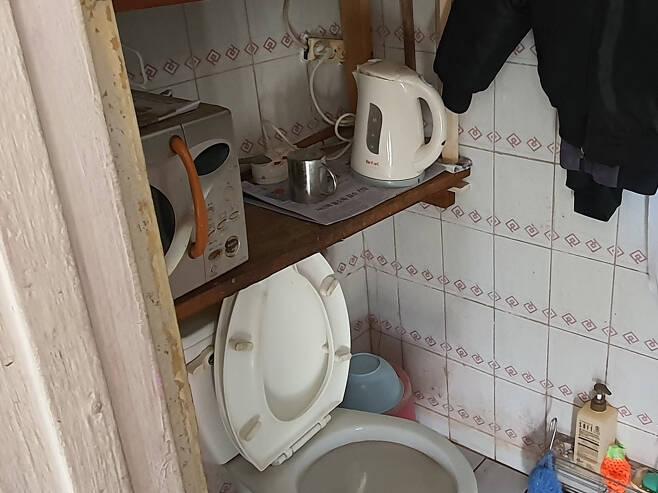 ㄱ아파트 경비노동자 최씨가 근무했던 초소 화장실   이재덕 기자
