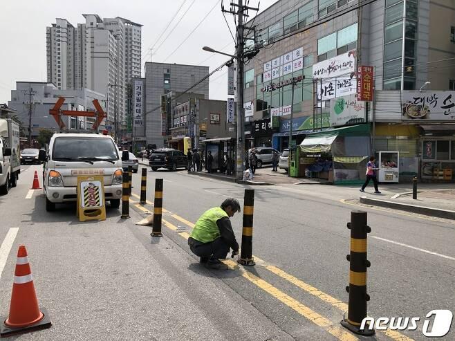 지난 21일 두 살배기 남자아이가 불법유턴하던 차량에 치여 숨진 전북 전주시 반월동의 한 어린이보호구역. 사고가 난 도로에 교통안전시설물이 설치되고 있다.2020.5.22 /© 뉴스1