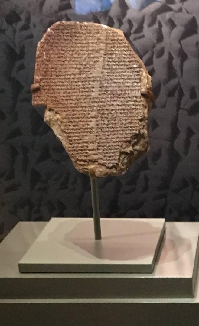 미국 성경박물관에 전시돼 있던 길가메시 서사시 점토판의 모습(사진=패티 거스텐블리스/트위터)