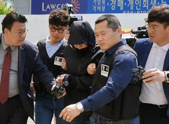 사업가 납치·살인에 가담한 혐의로 기소된 국제PJ파 부두목의 친동생이 지난해 5월 24일 광주지법에서 열린 영장실질심사를 받기 위해 출석하고 있다. [연합뉴스]