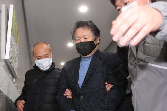 사업가 납치살해 혐의를 받고 있는 국제PJ파 부두목 조모씨가 지난 2월 25일 경찰에 검거될 당시 모습. [연합뉴스]