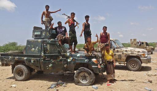예멘 남부과도위원회 소속 무장조직원들이 휴식 도중 테크니컬 위에서 포즈를 취하고 있다. AFP 연합뉴스