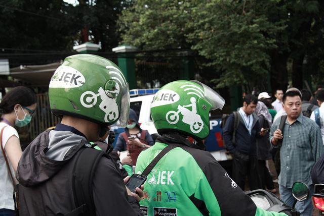 인도네시아의 승차공유업체 고젝의 오토바이택시 기사들. 셔터스톡 이미지