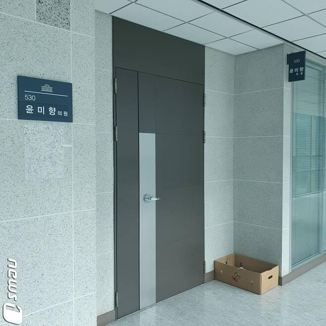 31일 오전 서울 여의도 국회 의원회관 5층에 마련된 윤미향 더불어민주당 비례대표 의원의 의원실이 굳게 잠겨 있다. 2020.5.31 © 뉴스1