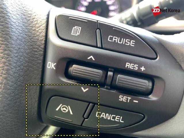 모닝 어반은 스티어링 휠 버튼(노란색 점선 안)을 통해 차로유지보조(LFA)를 쓸 수 있다. (사진=지디넷코리아)