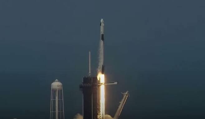 30일 오후 3시22분(한국시각 31일 오전 4시22분) 팰컨9 로켓에 실려 이륙하는 최초의 민간 유인 우주선 '크루 드래건'. 웹방송 갈무리