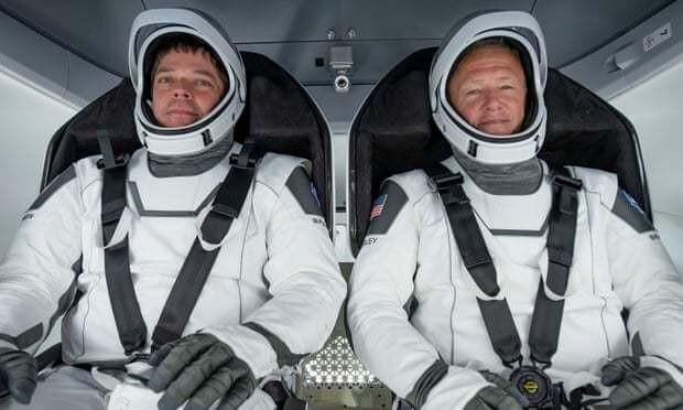 최초의 민간 유인 우주선 크루 드래건에 탑승한 밥 벤켄(왼쪽)과 더그 헐리. 스페이스엑스 제공