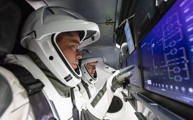 크루 드래건은 터치스크린 방식으로 기기를 작동한다. 스페이스엑스 제공