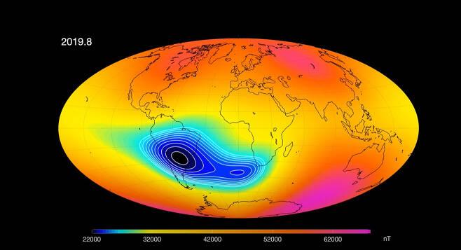 지난해 8월 '스웜 위성'이 탐지한 지구 자기장의 모습. 남미와 아프리카에 걸친 대서양 주변에서 자기장이 특히 옅어졌다.  유럽우주국(ESA) 제공