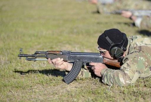 미 특수전요원이 AK47 소총으로 사격훈련을 하고 있다. 미 육군 제공