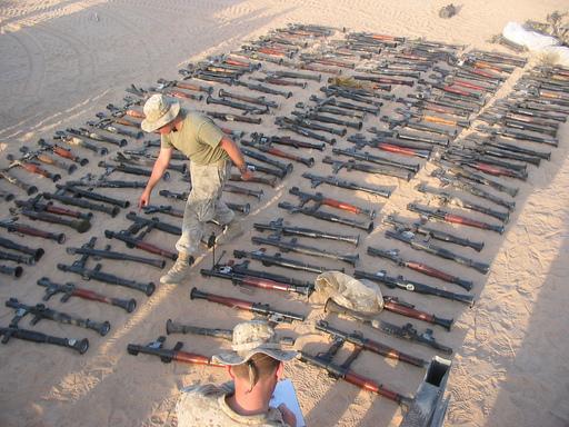 이라크전쟁 당시 미군이 무장조직으로부터 압수한 무기들. RPG 로켓과 총기 등이 보인다. 세계일보 자료사진
