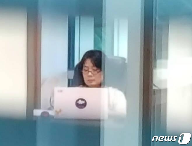 윤미향 더불어민주당 의원이 1일 오전 서울 여의도 국회 의원회관에 마련된 자신의 의원실에서 업무를 보고 있다. 2020.6.1/뉴스1 © News1 신웅수 기자